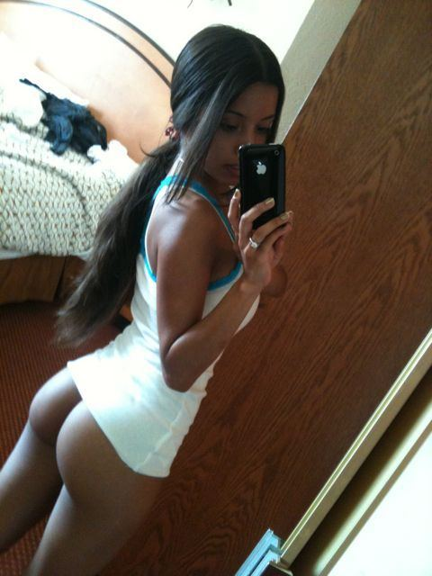 Dark skinned hottie shows off toned ass