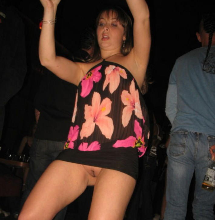 Amateur lady with no panties dancing in the club