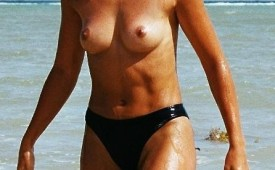 341-Topless-hottie-caught-by-voyeur-camera-while-exits-from-sea.jpg