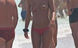 550-Topless-hottie-exposed-by-hidden-cam.jpg