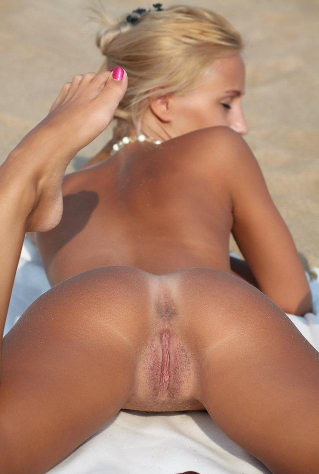 Hot blonde letting it all hang out on the beach