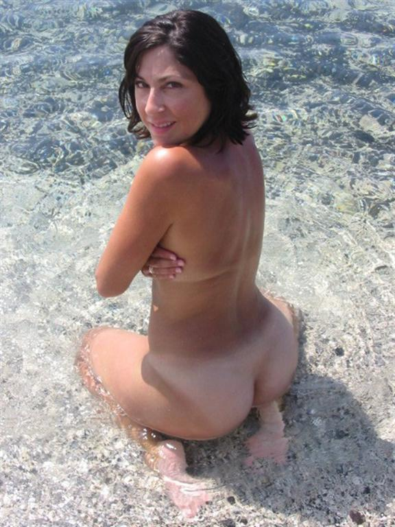 Nude babe with awesome ass looks a bit shy