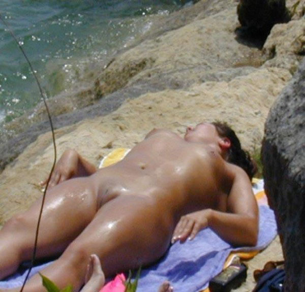 Nude babe tanning and expose her cameltoe