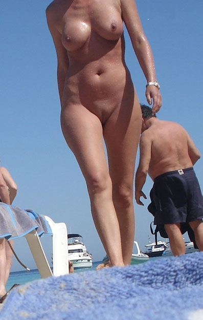 Nude curvy babe walking on the beach