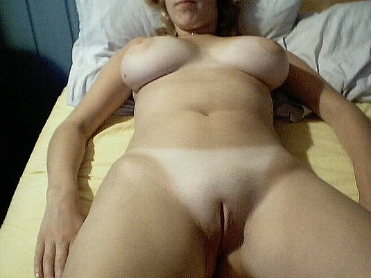 Amateur babe shows her freshly shaved cunt