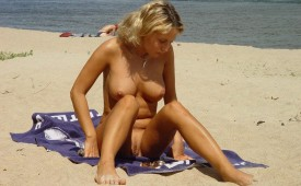 28-Beautiful-blonde-lady-preparing-to-tan-her-astonishing-body.jpg