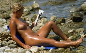 518-Nudist-babe-caught-while-reading-newspaper.jpg