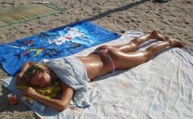 646-Hot-bikini-babe-tanning-her-gorgeous-body.jpg