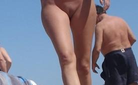 792-Nude-curvy-babe-walking-on-the-beach.jpg