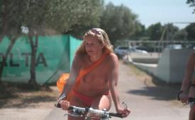 943-Topless-hottie-driving-a-bike.jpg