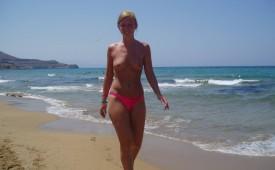 945-Topless-pretty-girl-walking-on-the-beach-in-her-pink-bikinis.jpg